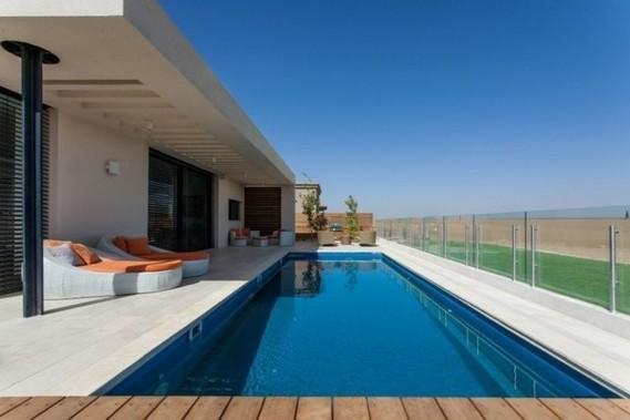 piscine-jardin-rectangulaire-chaises-longues-paroi-verre-plantes ...